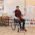 Maestro imparte clases en silla de ruedas